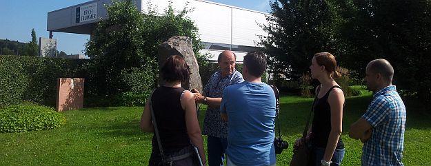 Steinmetzmeister Erich Trummer erklärt die Basaltstruktur.